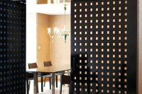 メインリビングから続くダイニングルームは、漆喰仕上げの格子柄扉で仕切ることもできる