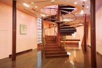 B1Fのホールでは、らせん階段を使ってのウェディング撮影などが行われる
