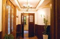 重厚な煉瓦の外壁にアンティークの扉がクラッシックなパスティス六本木
